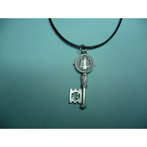 Moderno Dije Medalla Metalico Llave De San Benito Plateada