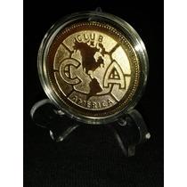 Moneda Grabada Del América, Dorada En Cápsula Y Pedestal