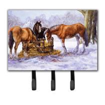 Caballos Que Comen El Heno En La Correa De La Nieve O El Tit