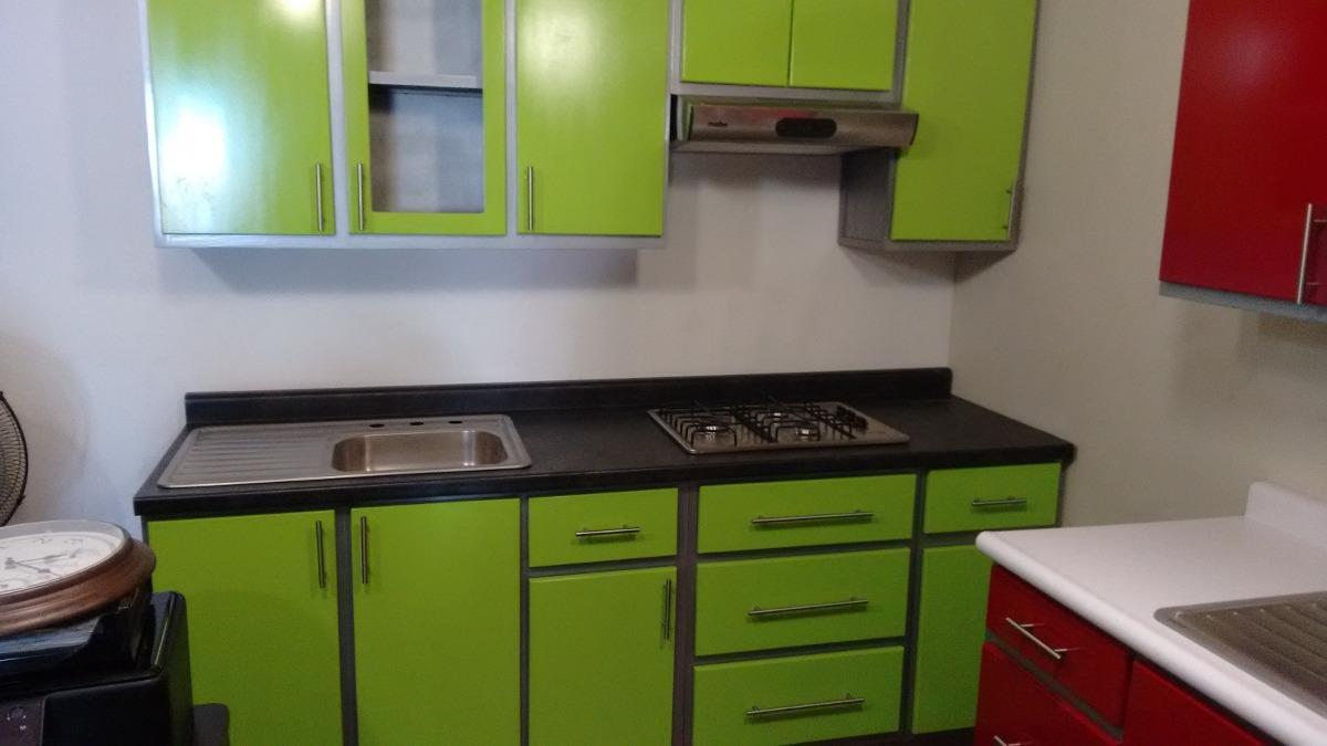 Cocinas Verdes Y Blancas. Cocina Con Office Junto A La Entrada En El ...
