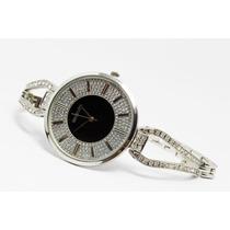 Reloj Plateado, Esfera Negra Y Correa En Forma De Y R57