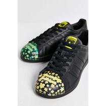 Tenis Adidas De Color Negro Y Detalles De Color.